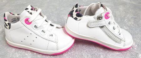 pour les premiers pas Dorothe, une basket en cuir blanc et col léopard doté d'une semelle caoutchouc rose fluo. Ce modèle Little Mary est fermé par 1 lacet et 1 zip