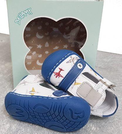 chaussure de la collection Flexi Bell pré marche de Bellamy, modèle Elias en cuir blanc et bleu imprimé avions. Chaussure bébé fermé par 1 bride à boucle et 1 velcro sur le pied