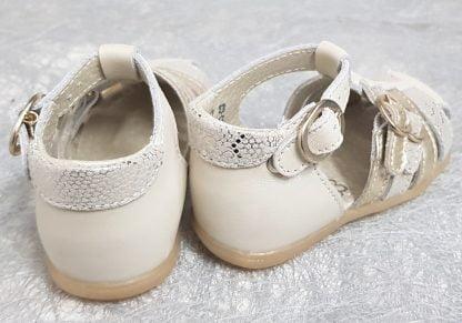 pour les premiers pas de bébé, un nu-pied bout protégé par des brides cuir métal or et nubuck effet reptile, le contrefort est en cuir lisse beige. Le modèle Linda de Little Mary est fermé par 1 bride à boucle