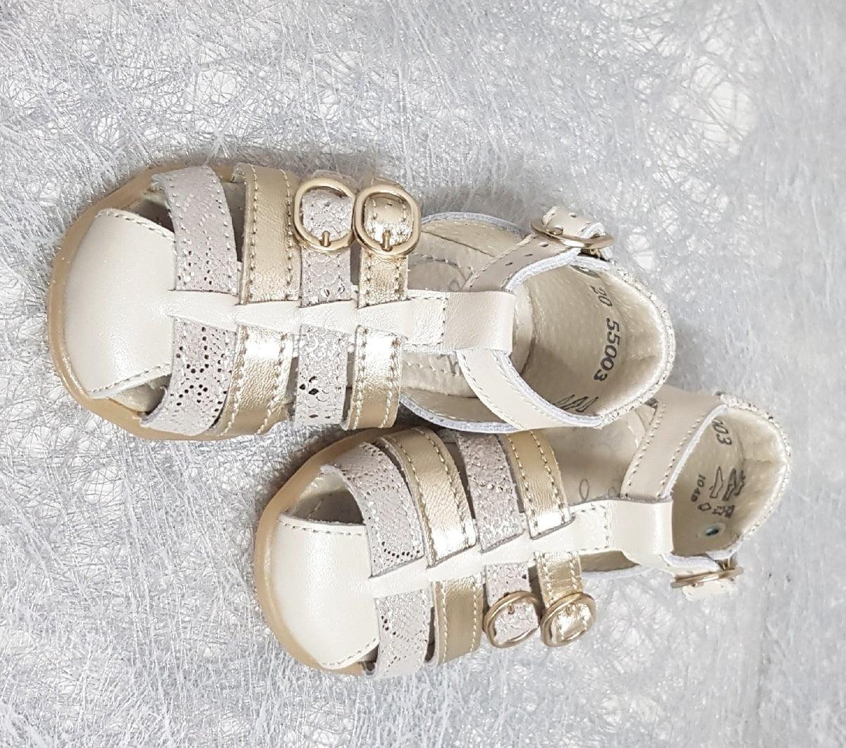 une mixité de cuir lisse beige, cuir métal or et nubuck effet reptile pour la chaussure premiers pas Linda de Little Mary. Ce nu-pied fermé est doté de brides dont 2 avec boucle sur le pied et Linda est fermé par 1 bride à boucle sur la cheville