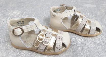 un nu-pied bout protégé de Little Mary. Chaussure pour premiers pas en cuir lisse beige et brides métal or et nubuck effet reptile, fermé par 1 bride à boucle. Ce modèle dispose de 2 brides d'ajustement sur le pied