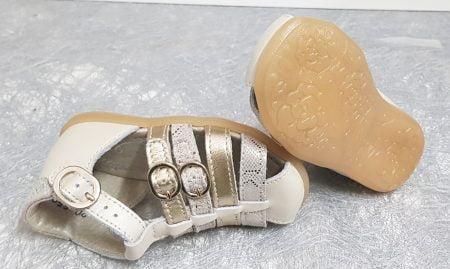 un nu-pied fermé pour premiers pas en cuir lisse beige et brides métal or et nubuck effet python. Linda de Little Mary fermé par 1 bride à boucle et 2 brides à boucle pour ajuster le pied