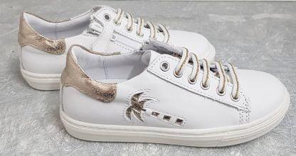 un cuir blanc joliment décoré d'un palmier incrusté cuir platine, une chaussure enfant avec col matelassé platine et fermé par 1 lacet et 1 zip, modèle Marta de Bellamy