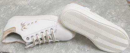 basket enfant en cuir blanc incrusté d'un palmier cuir platine et doté d'un col matelassé platine irisé, modèle Marta de Bellamy à lacets et 1 zip