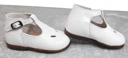 Max, un bottillon style salomé en cuir blanc de Little Mary fermé par 1 bride à boucle, modèle premiers pas mixte