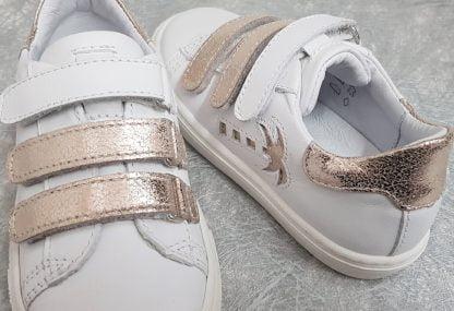 une basket originale en cuir blanc et métal platine fermée par 3 velcros, chaussure enfant Melany signée Bellamy