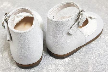 chaussure pour premiers pas Olyzzie en cuir irisé argent dotée d'une collerette velours gris clair avec un petit noeud. Chaussurfe enfant Little mary fermée par 1 bride à boucle