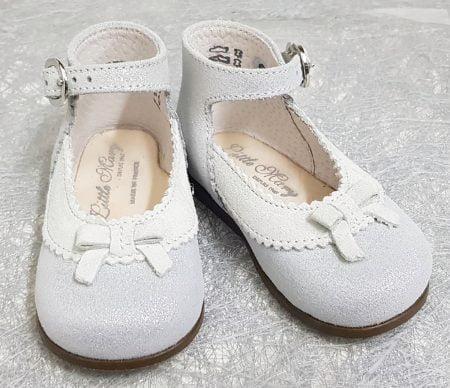 pour votre bébé, une ravissante babies en cuir irisé argent et collerette velours gris clair joliment décoré d'un petit noeud, modèle Olyzzie de Little Mary fermé par 1 bride à boucle