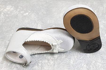 pour les premiers pas une ravissante babies pour les pieds fins en cuir argent irisé et velours gris clair, botillon ouvert Olyzzie signé Litte Mary à boucle