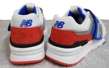 un mix de couleurs, blanc, bleu, gris, rouge et noir pour la basket enfant 997 relookée et stylée. Ce modèle est fermé par 1 velcro carré