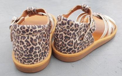 nu-pied premiers pas en cuir léopard et lanières entrecroisées cuir platine fermé par 1 bride à boucle, modèle Poppy Back Neptune de Pom d'Api