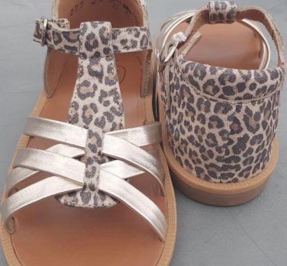 pour les premiers pas nu-pied Poppy Back Neptune avec contrefort en cuir naturel léopard et lanières platines, modèle fermé par 1 bride à boucle de Pom d'Api