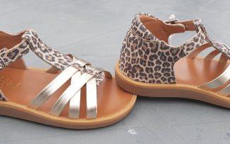 Un style salomé pour le nu-pied enfant Poppy Back Neptune en cuir naturel léopard et lanières platines. Une sandale avec contrefort et fermé par 1 bride à boucle de Pom d'Api