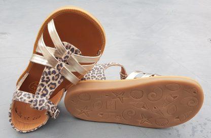 Ravissante sandale premiers pas en cuir naturel léopard et lanières platine doté d'un contrefort et fermé par 1 bride à boucle, modèle Pom d'Api