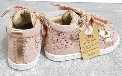 Bouba Bi Zip pour les premiers pas, un modèle Shoo Pom en cujir velours beige rosé et feuillages cuivrés fermé par 1 lacet et 2 zips