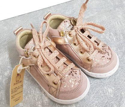 Shoo Pom, un premiers pas en cujir velours beige rosé et imprimé feuillages cuivrés, modèle Bouba Bi Zip fermé par 1 lacet et 2 zips