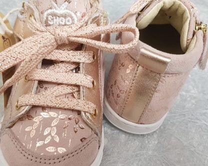 pour les premiers pas, le modèle Bouba Bi Zip est fermé par 1 lacet et 2 zips, modèle Shoo Pom en cuir velours beige rosé et imprimé feuillages cuivrés