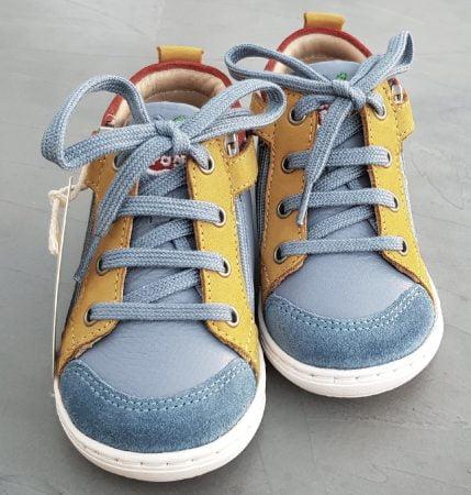 une mixité de cuir lisse bleu et ocre et velours rouge pour la Bouba Bi Zip de Shoo Pom fermé par 1 lacet et 2 zips, modèle pour premiers pas garçon