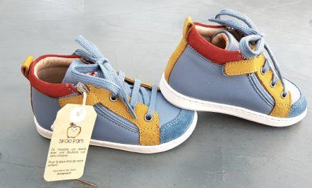 un cuir lisse et velours bleu doté d'empiècements cuir ocre et velours rouge pour la Bouba Bi Zip de Shoo Pom, un botillon pour garçon fermé par 1 lacet et 2 zips