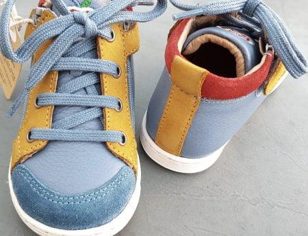 une belle couleur bleu, ocre et rouge pour la Bouba Bi Zip, un bottillon premiers pas pour garçon de Shoo Pom, modèle à lacets et 2 zips