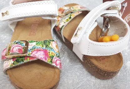une semelle anatomique, 1 bride à velcro et une lanière à boucle imprimé fleurs sur l'avant du pied pour le nu-pied enfant Crast de Stones and Bones