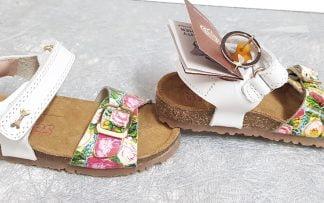 nu-pied enfant en cuir blanc et joliment décoré d'un imprimé fleuri, modèle Crast avec semelle anatomique, bride à velcro et lanière à boucle sur l'avant du pied signé Stones and Bones