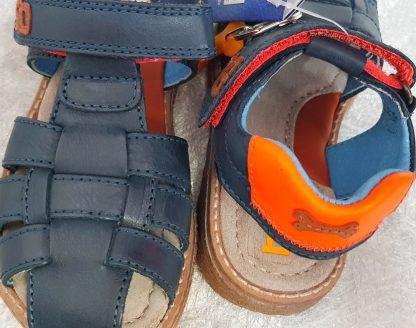une sandale enfant fermée en cuir lisse marine dotée d'une bride arrière élargie matelassée cuir orange, ce nu-pied est fermé par 1 bride à velcro, modèle Dello de Stones and Bones