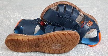 une sandale fermée en cuir marine dotée d'une bride arrière élargie avec son col matelassé cuir orange, ce nu-pied est fermé par 1 bride à velcro, modèle Dello de Stones and Bones