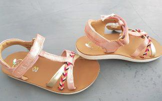 Shoo Pom un nu-pied en cuir velours métallisé corail et platine doté de lanières croisées dont une tressée multicolore, modèle Goa Salomé fermé par 1 bride à velcro