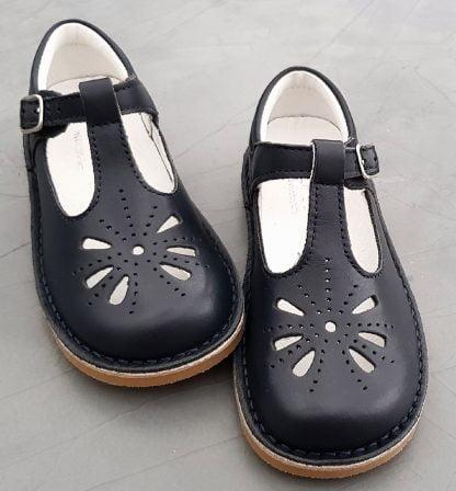 une babies en cuir marine pour fille en cuir marine, un style salomé pour cette chaussure enfant fermée par 1 bride à boucle de Norvik