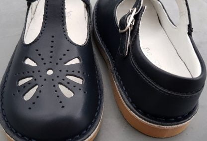 Kos, une ballerine en cuir marine joliment découpée sur l'avabnt et fermée par 1 bride à boucle, chaussure enfant Norvik