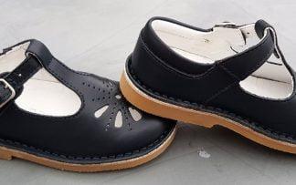 un cuir marine joliment découpé sur l'avant pour la ballerine style salomé Kos de Norvik, chaussure enfant fermée par 1 bride à boucle
