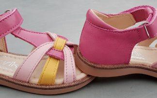 Un trio de couleur rose, rose clair et jaune pour le nu-pied cuuir Nao de Norvik, modèle fermé sur l'arrière et doté d'une bride à velcro