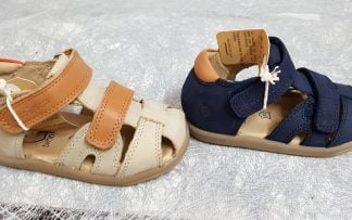 pour les premiers pas de bébé, un modèle nu-pied fermé la Pika Scratch en cuir nubuck marine ou beige, modèle Shoo Pom fermé par 2 velcros