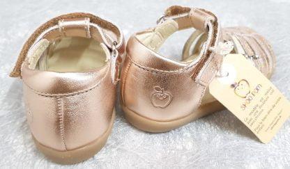 Chaussure pour premiers pas len cuir métal nude, modèle Pika Spart, nu-pied fermé Shoo Pom avec 2 lanières à boucles et fermé par 1 bride à velcro
