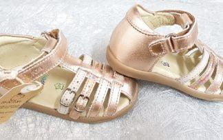 Shoo Pom, Pika Spart, un nu-pied fermé en cuir métal nude avec 2 lanières à boucles vernis nude et 1 beige irisée, modèle premiers pas fermé par 1 bride à velcro