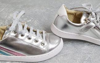 basket tige basse en cuir métal argent et bandes multicolores pour le Play Lo Stripes de Shoo Pom, modèle enfaznt à lacets et 1 sip