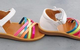 une sandale enfant avec contrefort cuir blanc et lanières cuir vernis néon, modèle Poppy Lux de Pom d'Api fermé par 1 bride à velcro