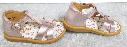 pour les premiers pas de bébé la Poppy Xexe de Pom d'Api en cuir métal blush et semelle cuir fleuri, ce modèle est doté d'un contrefort et fermé par 1 bride à boucle