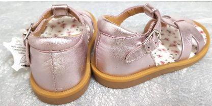 Poppy Xexe, un nu-pied pour premiers pas en cuir métal blush et semelle intérieure cuir fleuri, ce modèle Pom d'Api est doté d'un contrefort fermé par 1 bride à boucle