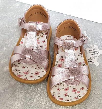 Poppy Xexe, un nu-pied en cuir métal blush et semelle intérieure cuir fleuri, ce modèle Pom d'Api est doté d'un contrefort fermé par 1 bride à boucle