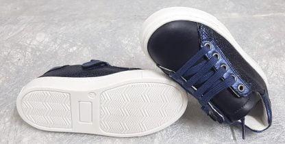 une basket en cuir pour enfant en cuir lisse et nacré marine, modèle Norvik à lacets et 1 zip