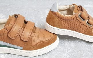 Ten Base SK8 est une basket basse pour enfant de 10is en cuir effet perforé et velours camel doté d'empiècement cuir gris clair et vert, modèle fermé par 2 velcros