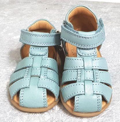 nu-pied enfant à bout protégé en cuir couleur menthe et doté de multiples lanières sur le pied, modèle Carly de Bisgaard fermé par 1 velcro
