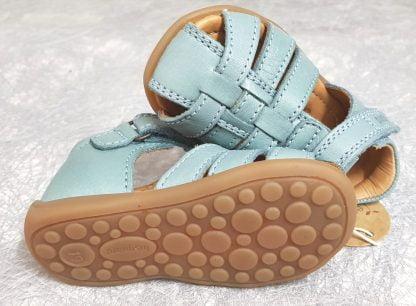 une jolie couleur menthe pour le nu-pied enfant Carly de Bisgaard, chaussure en cuir et bout protégé fermé par 1 bride à velcro