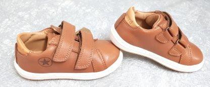un cuir cognac pour la basket enfant Thora en cuir cognac et fermée par 2 velcros, modèle Bisgaard