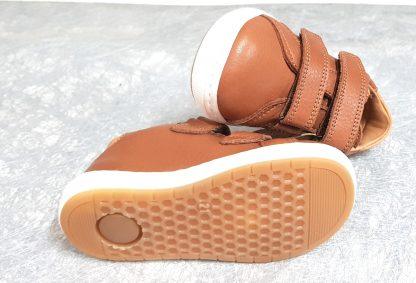 une basket cuir cognac pour enfant fermée par 2 velcros, modèle Thora de Bisgaard