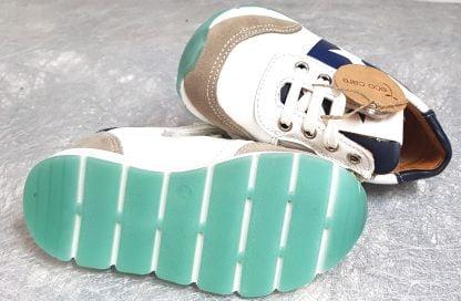basket enfant Bisgaard en cuir blanc et marine fermée par 1 lacet et 1 zip, modèle Vitus pour garçon