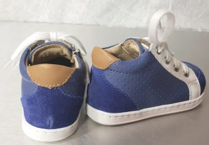 Chaussure enfant Shoo Pom, Bouba zip Box en cuir perforé denim doté d'empiècements cuir blanc et velours bleu pour les premiers pas à lacets et 1 zip
