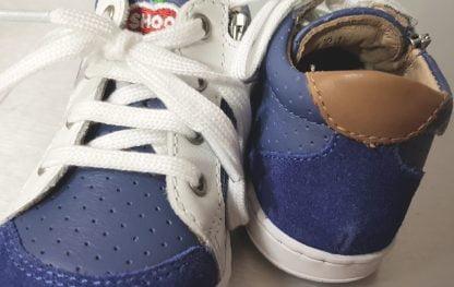 Chaussure pour premiers pas Shoo Pom, le modèle Bouba Zip Box en cuir denim et blanc à lacets et 1 zip